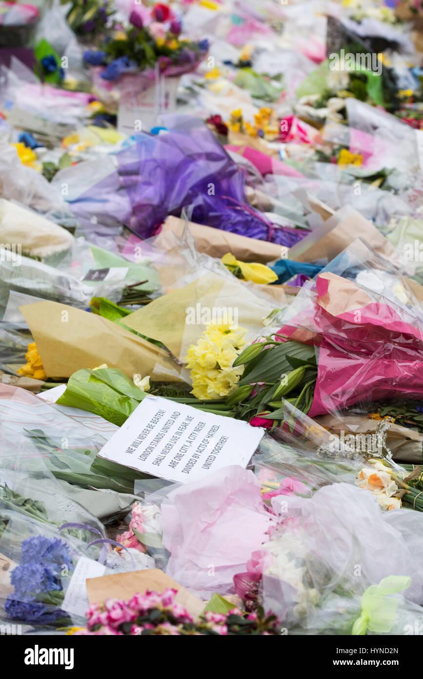 Tributs floraux à Westminster devant les maisons du parlement après le terrorisme attaque par Khalid Masoods. Londres. 2017 Banque D'Images