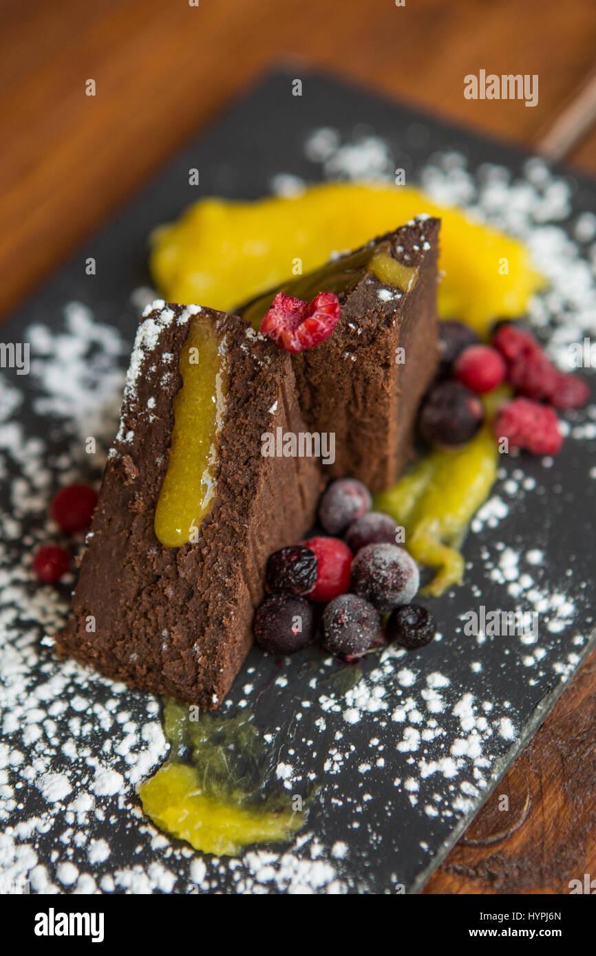Brownies au chocolat décoré avec des baies Photo Stock