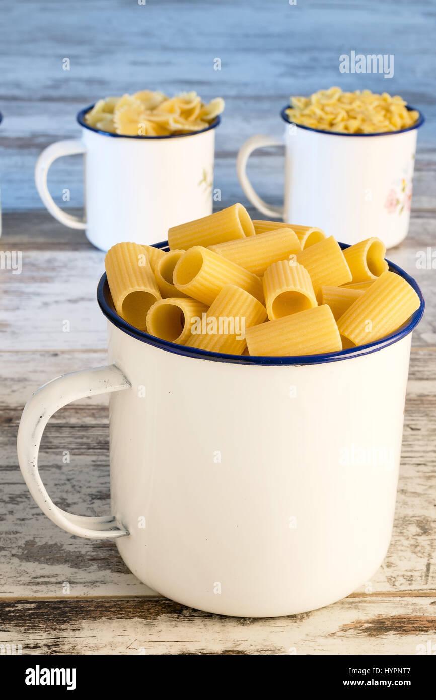 Peu de pâtes sèches dans un bol métallique avant manches courtes Photo Stock