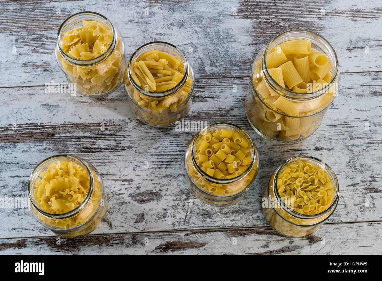Les pâtes sèches court Angle dans des bocaux en verre Photo Stock