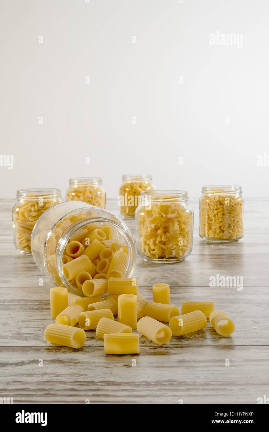 Peu de pâtes sèches dans un bocal en verre à l'envers avant côtelée manches courtes Photo Stock