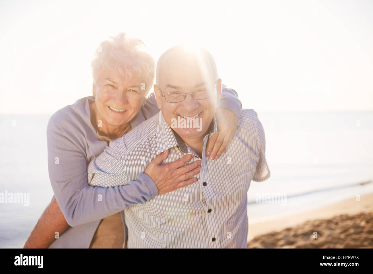 Les aînés s'amusant sur la plage Photo Stock