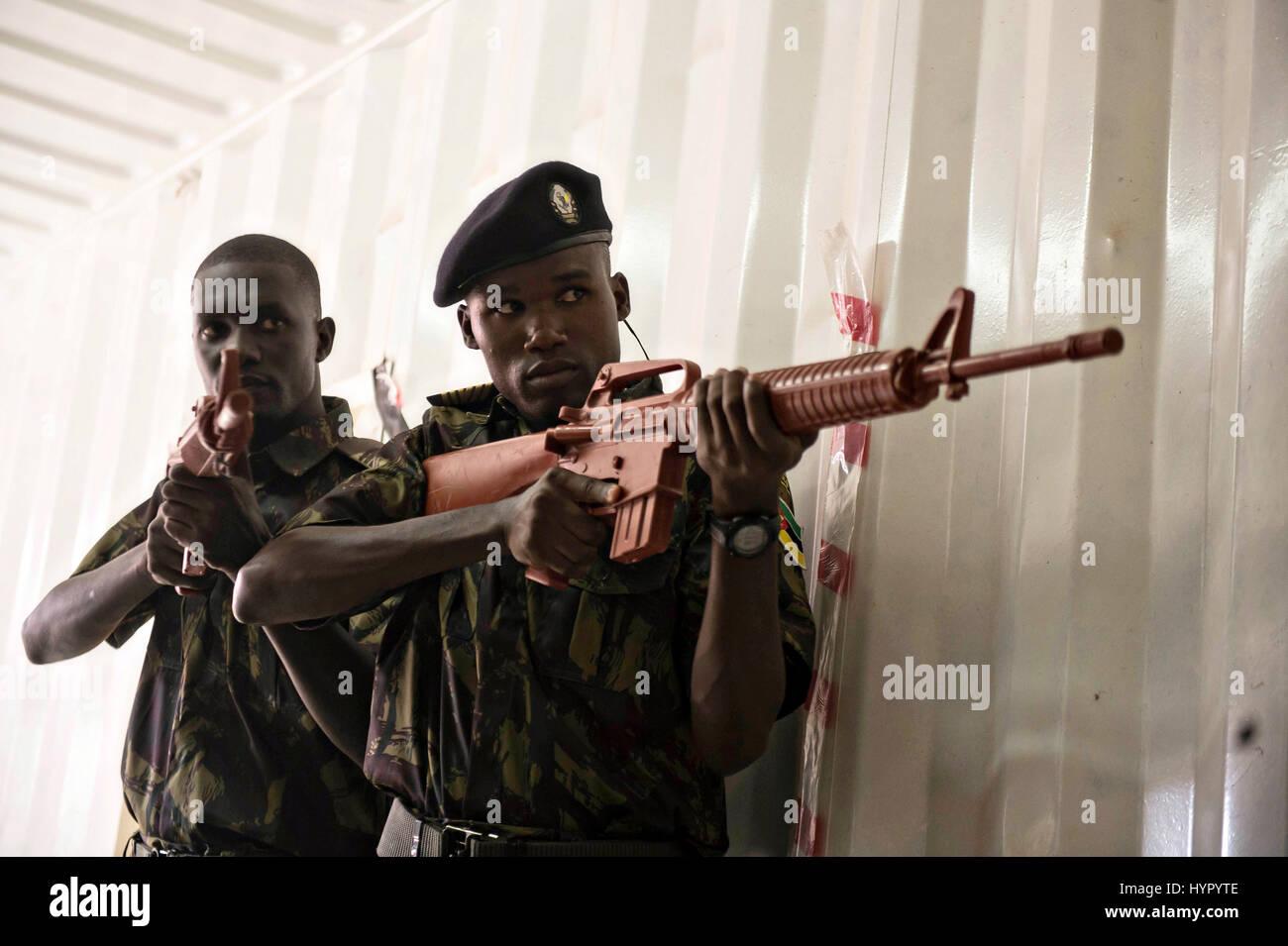Mozambique mouvements tactiques pratique soldats marines dans un navire simulé pendant l'exercice Cutlass Photo Stock