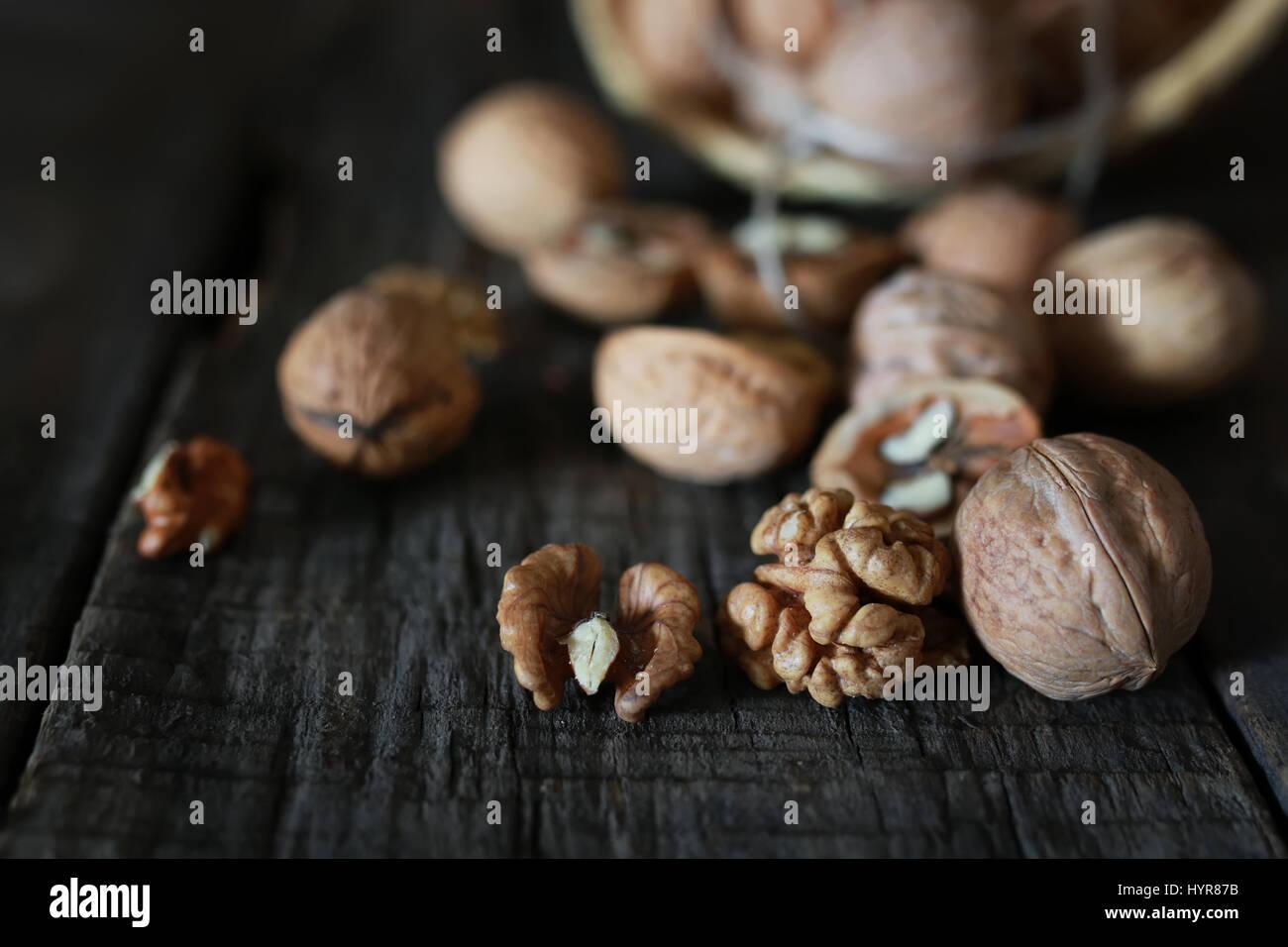 Noix, ensemble et décortiquées Photo Stock