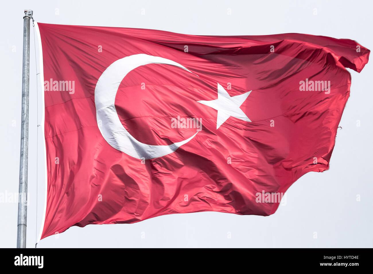 Drapeau turc flottant dans l'air Photo du drapeau turc hissé dans un environnement venteux Photo Stock
