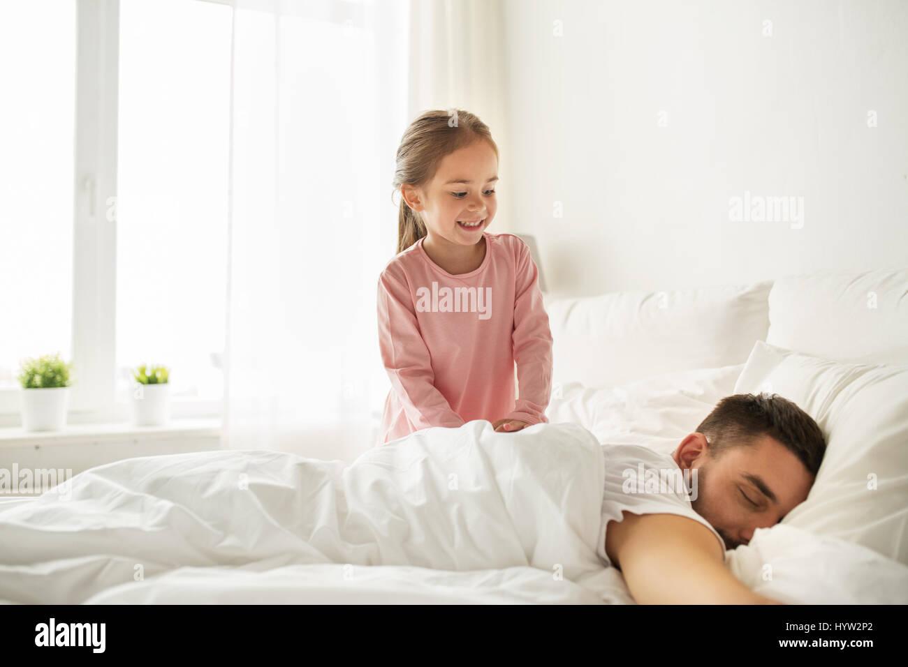 Petite fille se r veiller son p re dormir dans son lit banque d 39 images photo stock 137619274 - Mon bebe refuse de dormir dans son lit ...