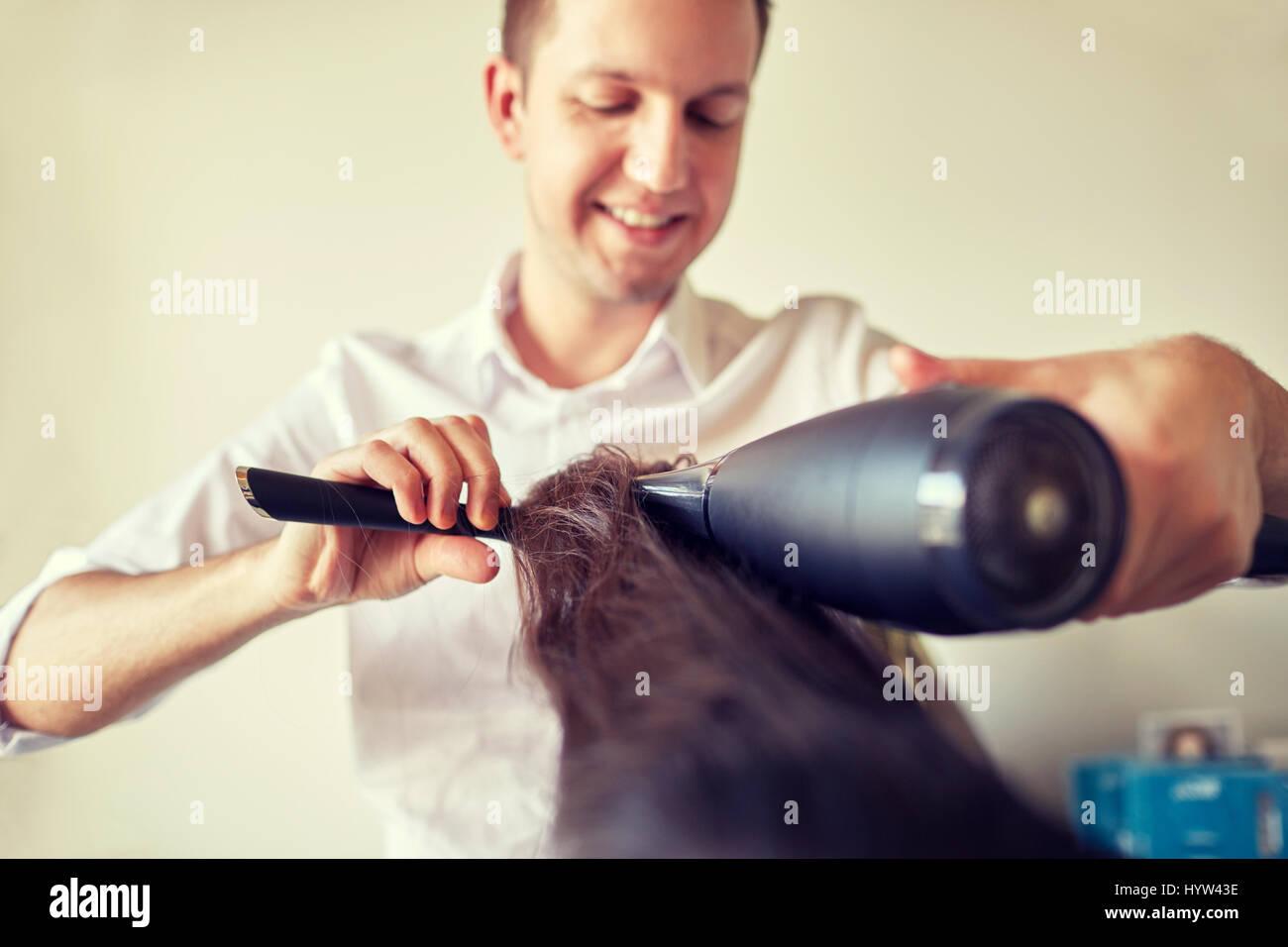 Close up de rendre au salon de coiffure styliste Photo Stock