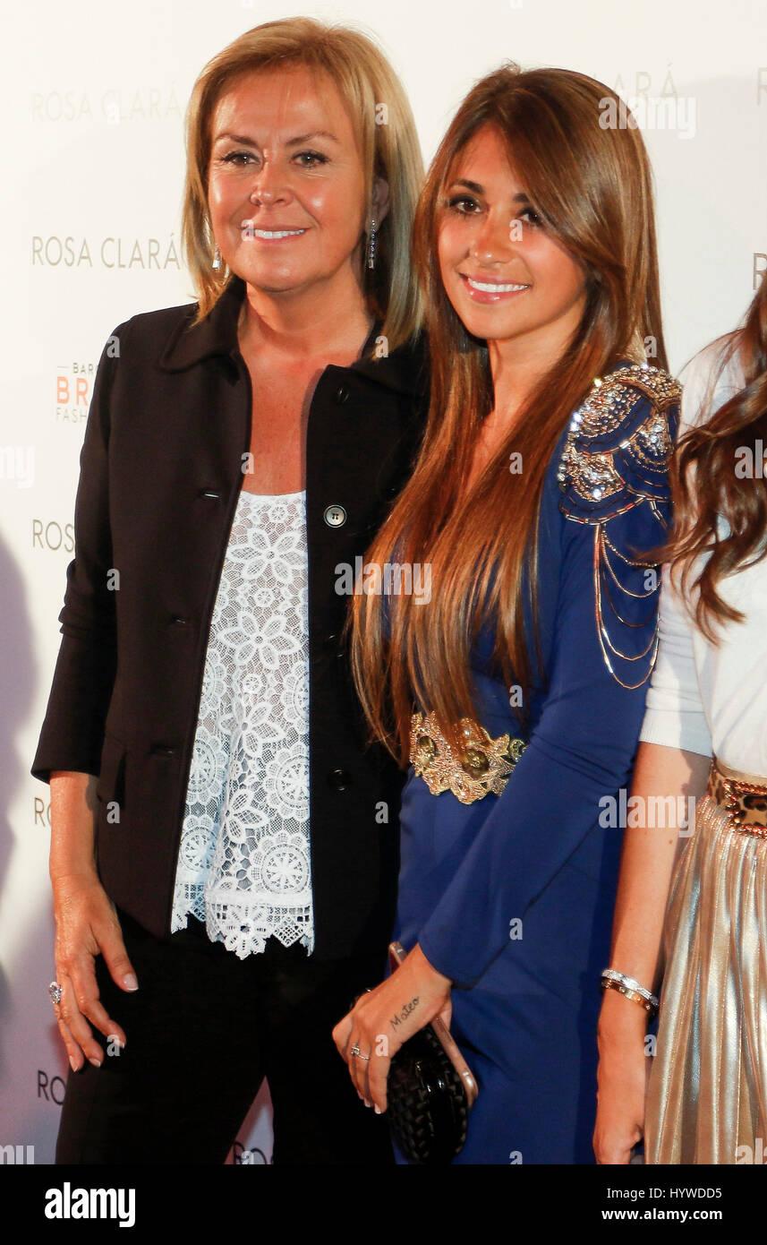 Antonella Roccuzzo et Rosa Clara dans le photocall de présentation de la nouvelle  collection nuptiale de 82b6f6f77f4