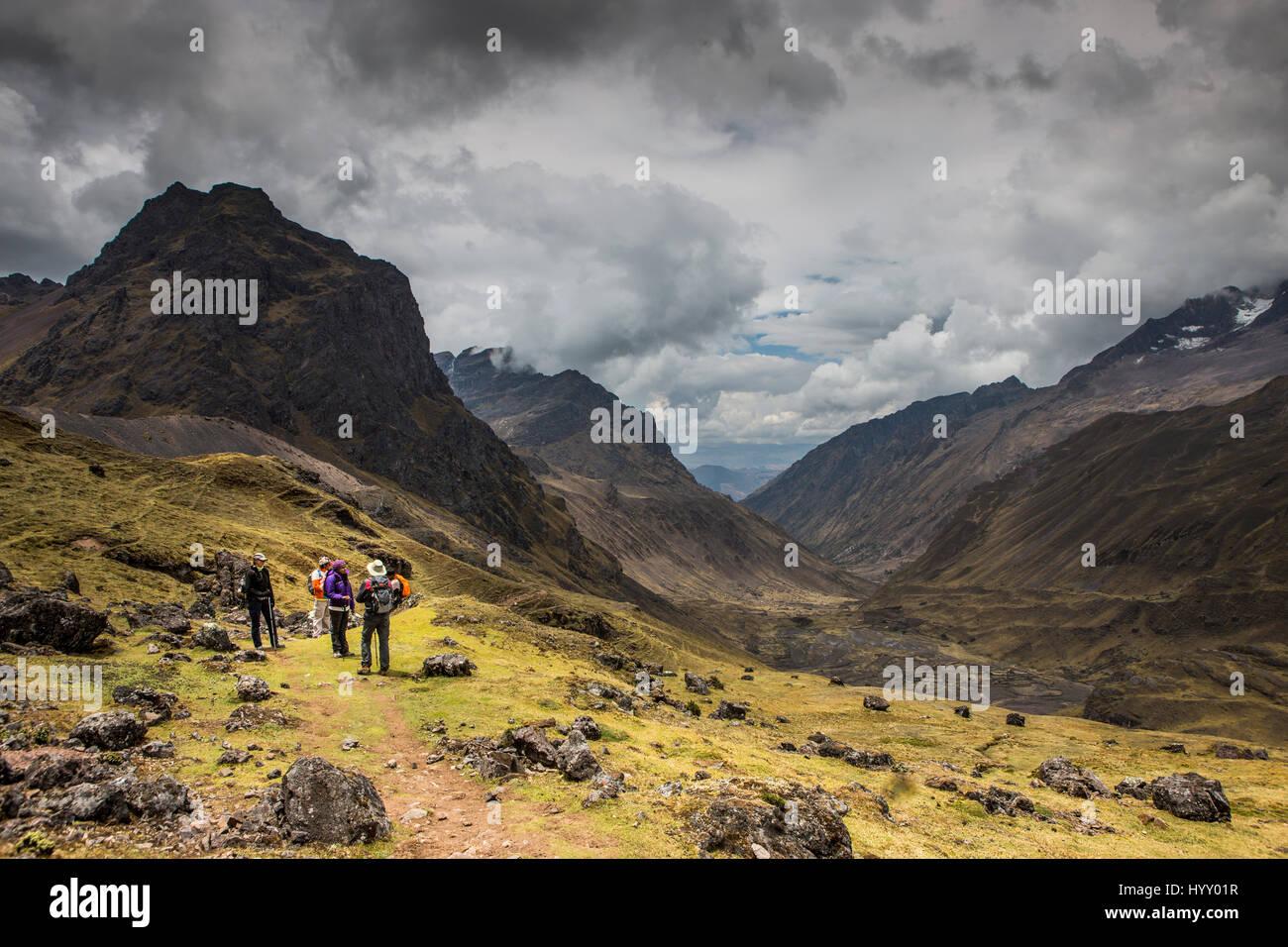 Les Lares District de Pérou. Les touristes en randonnée prendre une pause Photo Stock