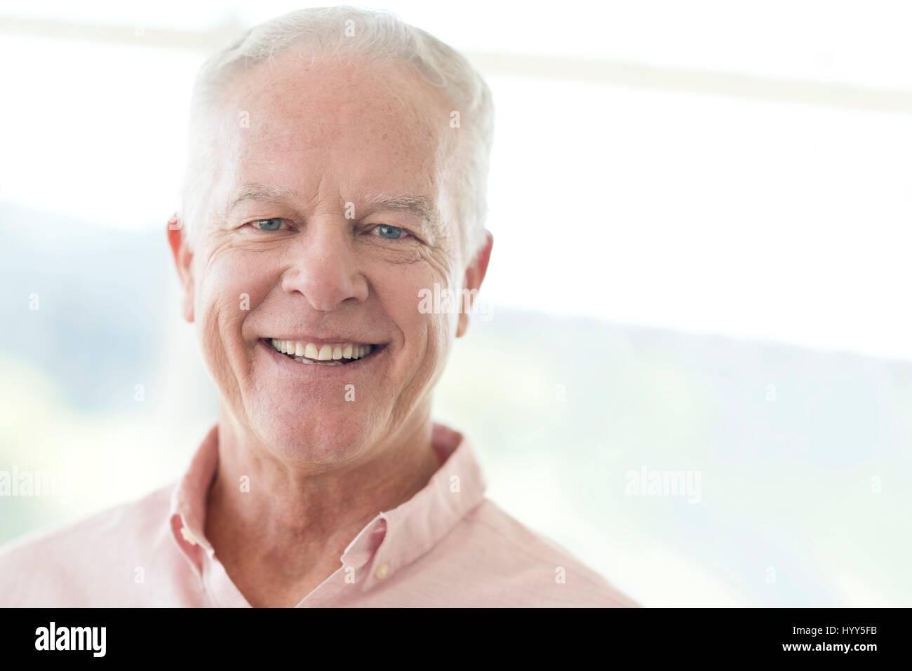 Senior man smiling vers la caméra. Photo Stock