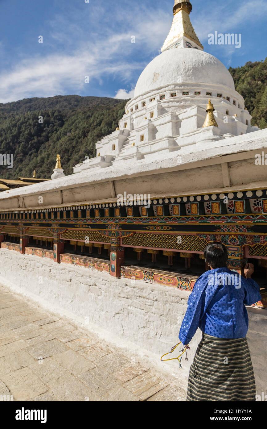 Les Bhoutanais femme tournant des roues de prière (Bhoutan) Photo Stock