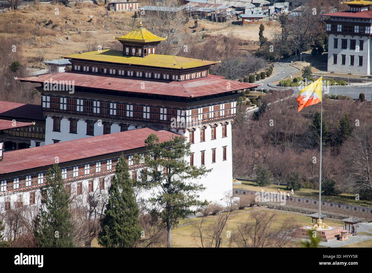 Tashichho Dzong à Thimpu avec drapeau bhoutanais (Bhoutan) Photo Stock