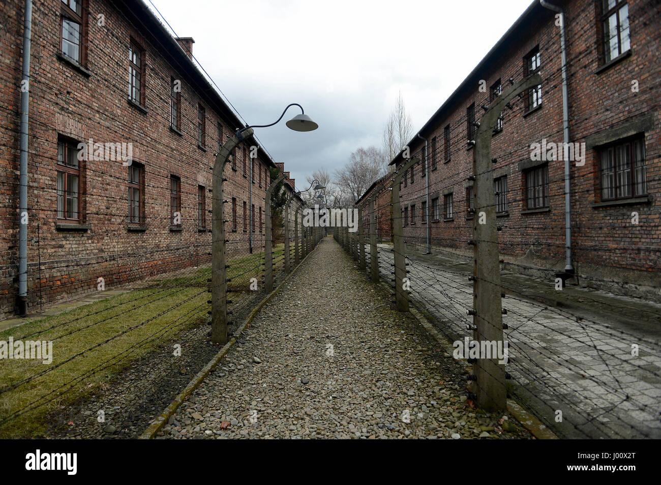 Oswiecim, Pologne. Mar 20, 2017. 20170320 - une allée de graviers bordée de fils barbelés électrifiés Photo Stock