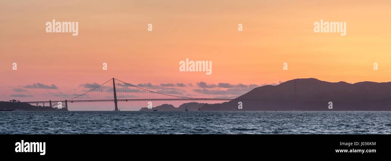 Golden Gate Bridge et Marin Hills Panorama au coucher du soleil. Photo Stock