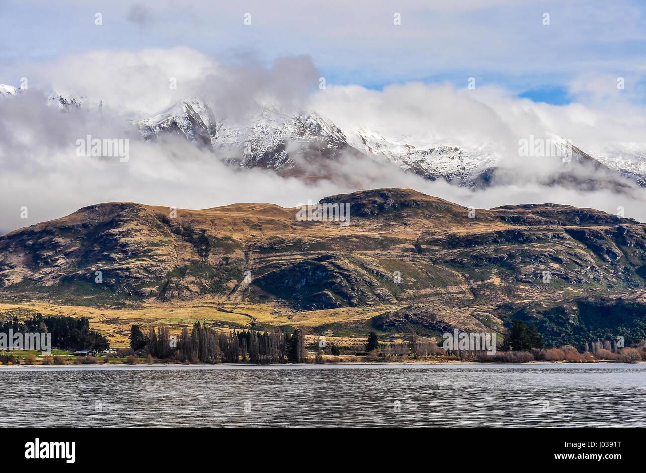 Sommets enneigés près de Wanaka dans la région des lacs du sud de la Nouvelle-Zélande Photo Stock