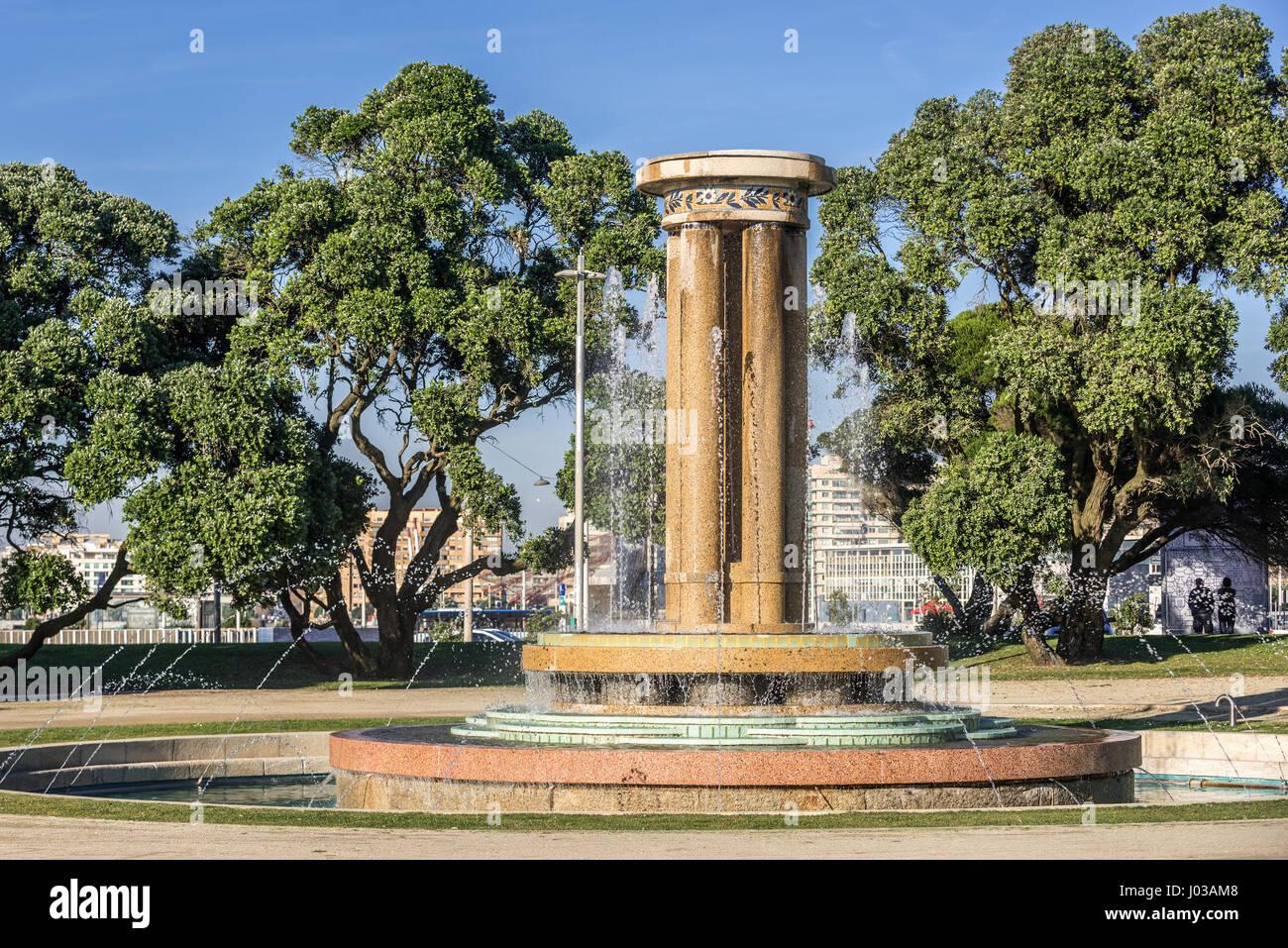 Fontaine en parc à côté de Montevideo Avenue à Nevogilde paroisse civile de la ville de Porto, Photo Stock