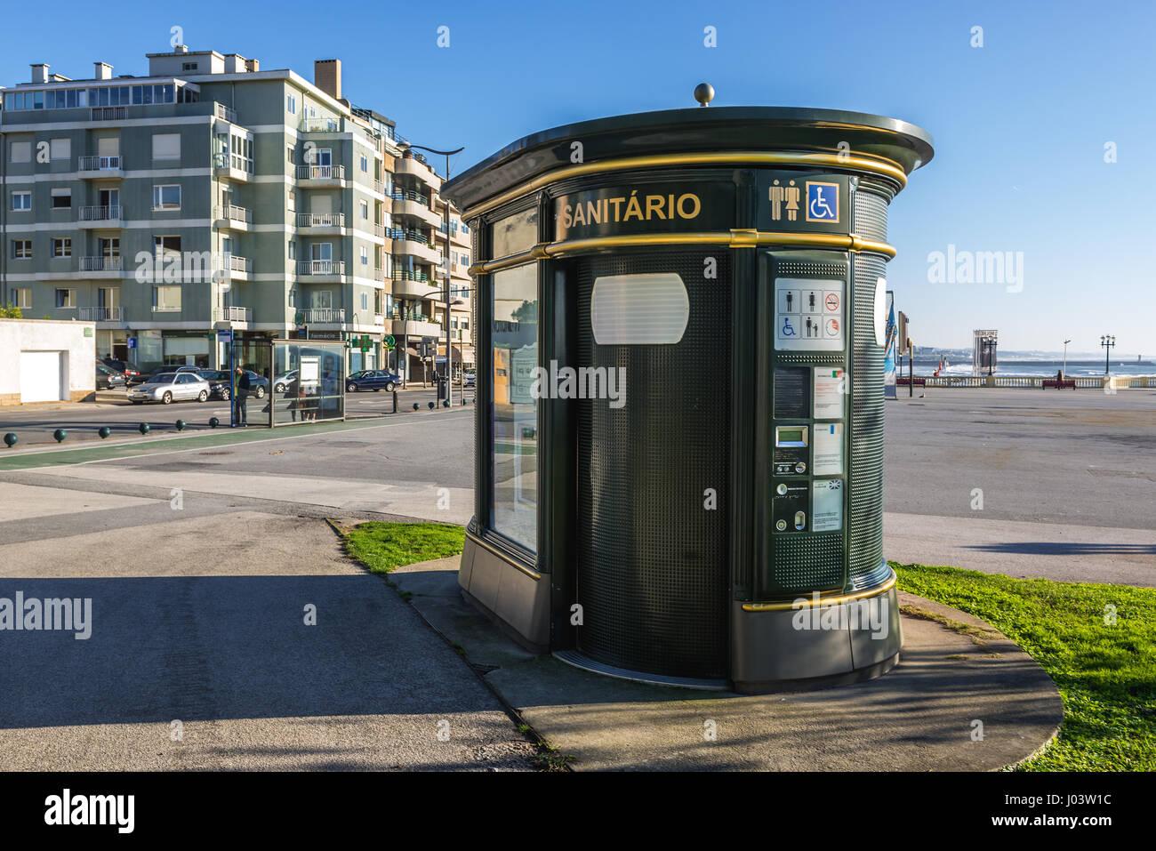 Payer toilettes booth sur Montevideo Avenue à Nevogilde paroisse civile de la ville de Porto, deuxième Photo Stock