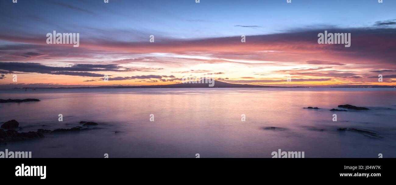 L'Île Rangitoto, un volcan endormi de Auckland, Nouvelle-Zélande, avant le lever du soleil. Banque D'Images