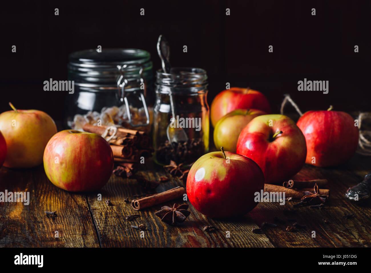 Pommes rouges avec différentes épices pour la cuisine Grog Apple. Photo Stock
