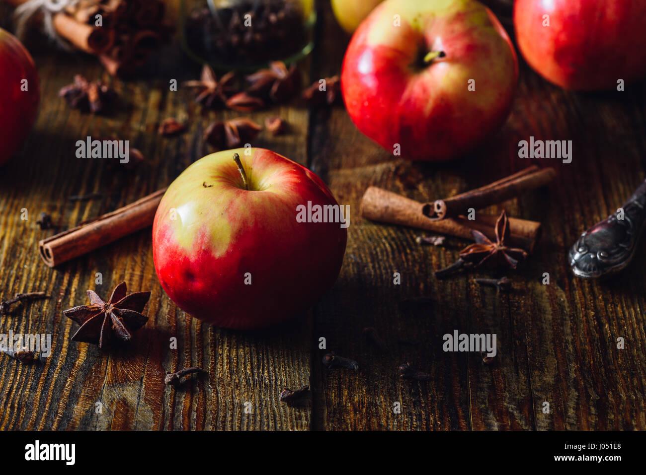 Pommes rouges, épices de Noël pour la cuisine Grog Apple. Photo Stock