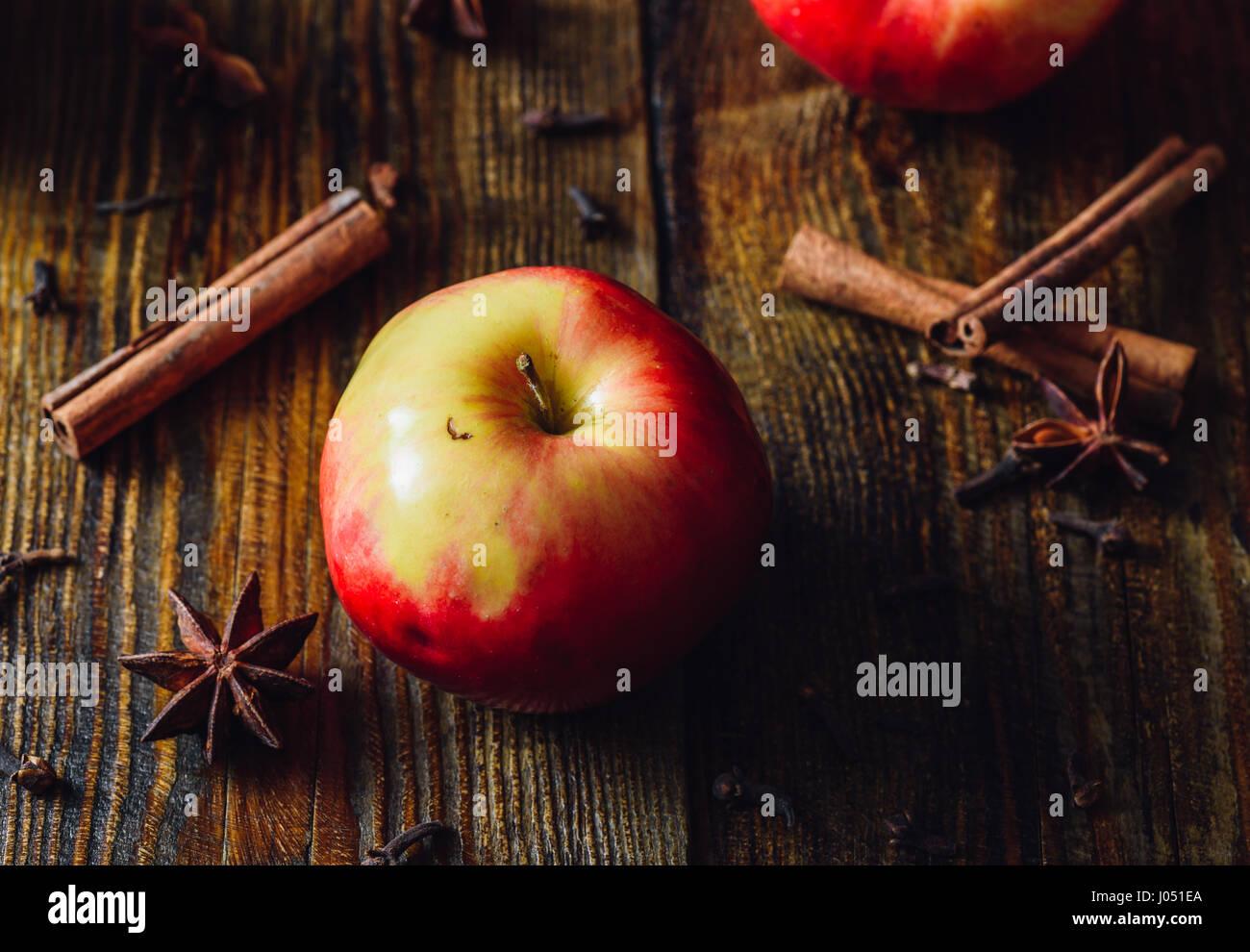 Apple avec girofle, cannelle et Anis Étoile pour préparer le vin chaud. Photo Stock