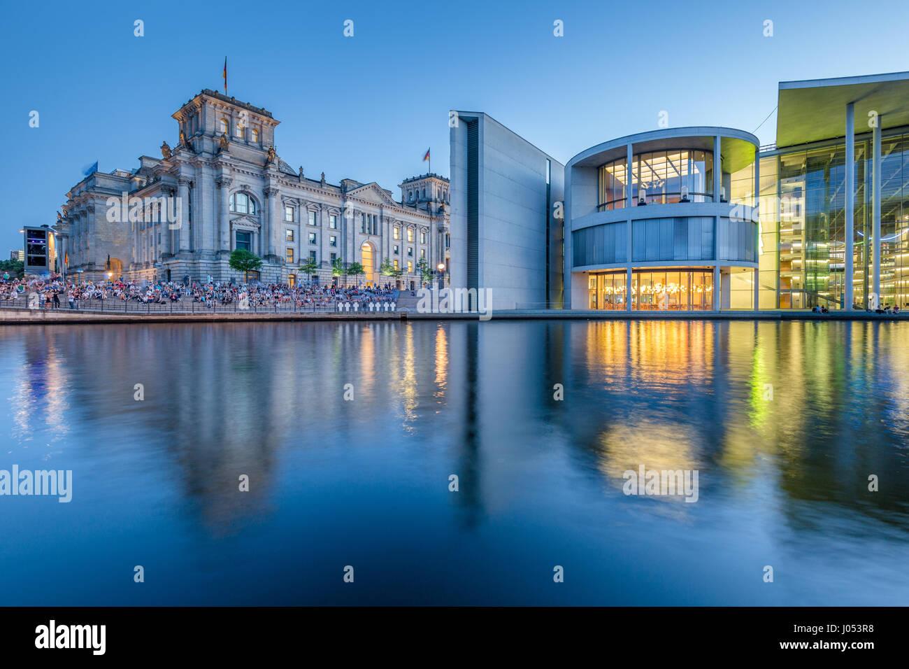 Vue panoramique du quartier du gouvernement de Berlin moderne avec le célèbre palais du Reichstag et illuminé Photo Stock