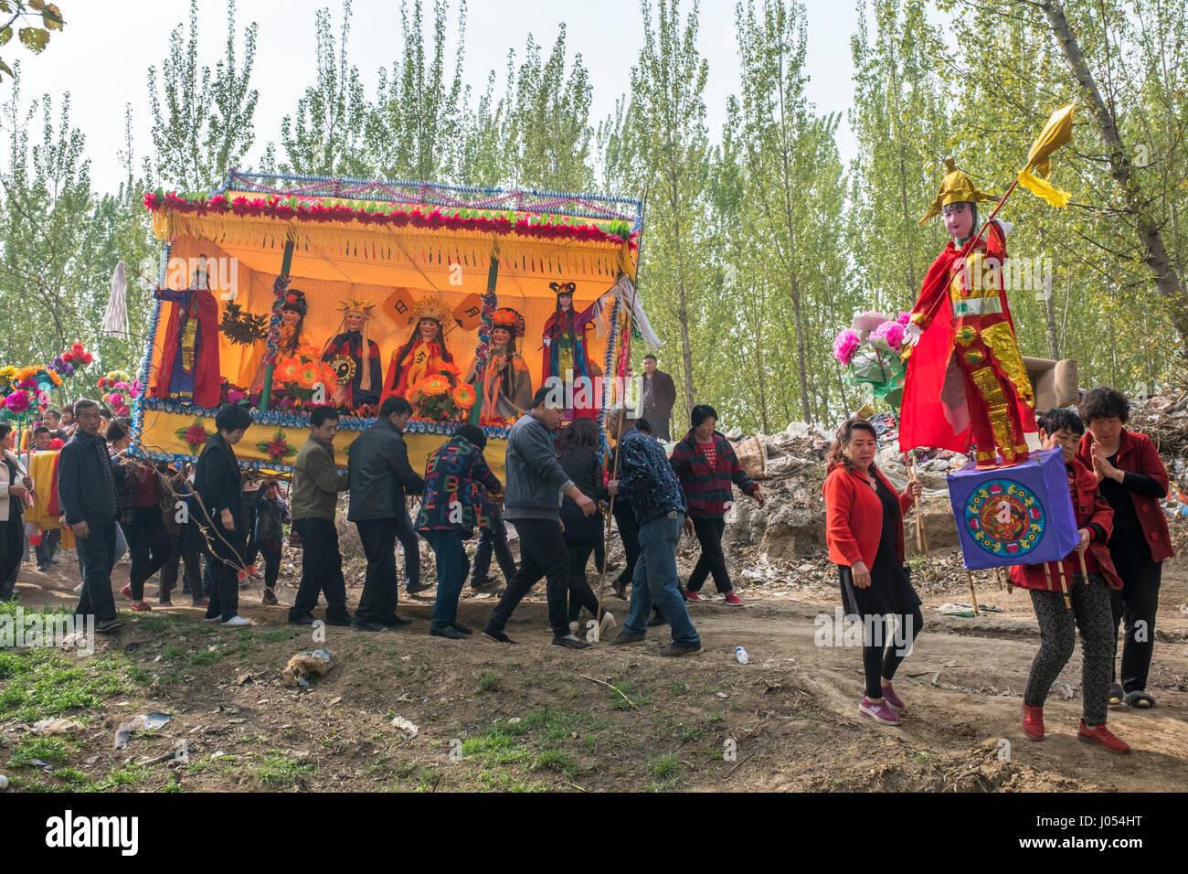 Les villageois de participer à une cérémonie annuelle du Taoïsme pour célébrer l'anniversaire Photo Stock