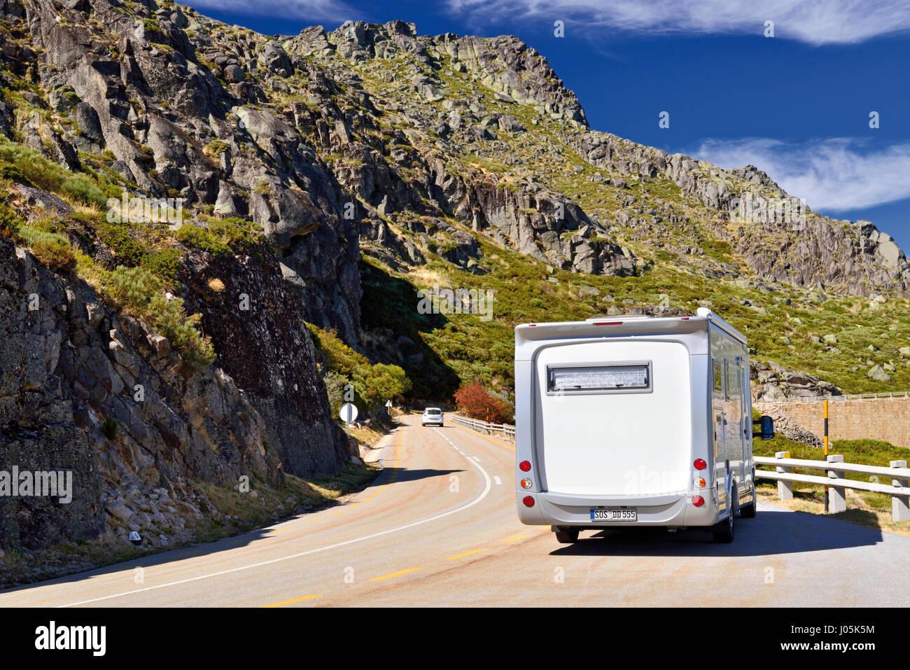 Motor home gratuit sur une route de montagne avec des vues spectaculaires Photo Stock