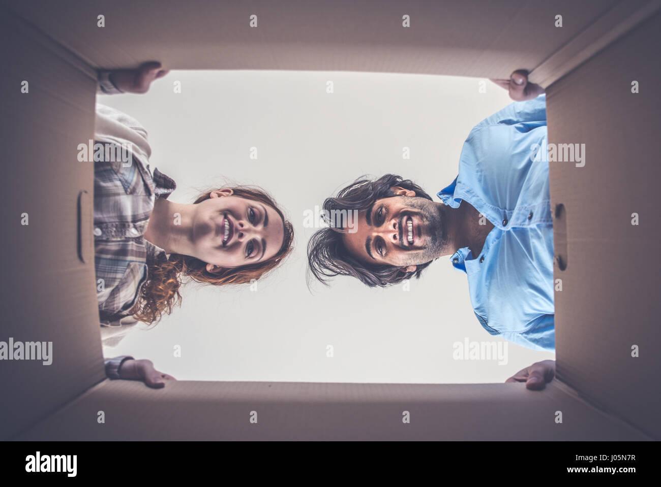 Jeune couple déménagement dans de nouvelles vacances Photo Stock