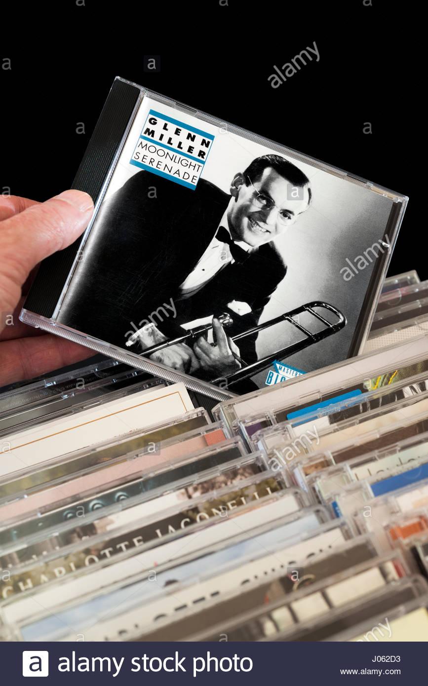 Glenn Miller, CD Moonlight Serenade étant choisis parmi les rangées d'autres CD's, en Angleterre Banque D'Images