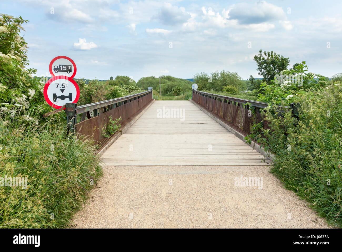 Pont du chemin d'acier avec planche en bois, de surface et de restriction de poids du véhicule, Nottinghamshire, Photo Stock