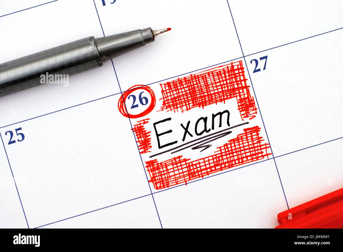 Dans l'examen de rappel calendrier avec le stylo rouge. Banque D'Images