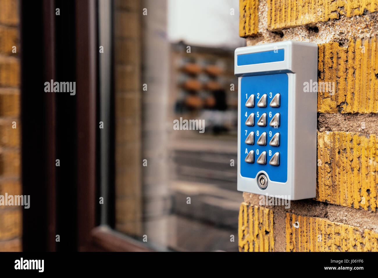 Interphone appartement à dépassé l'entrée du bâtiment, selective focus Photo Stock
