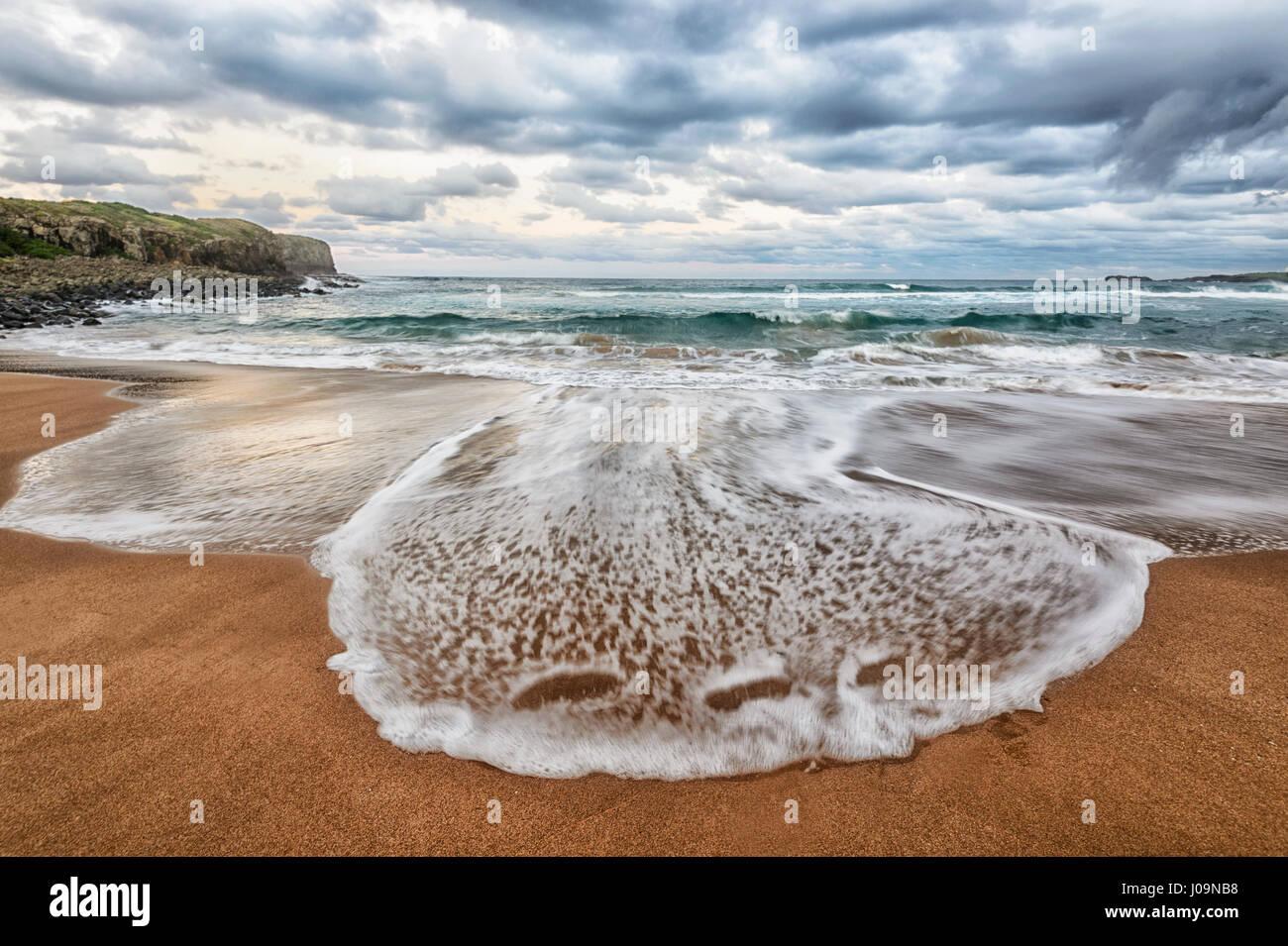 Spectaculaire vue de l'imminence d'une tempête et de modèles de vague à la plage de Bombo, Photo Stock