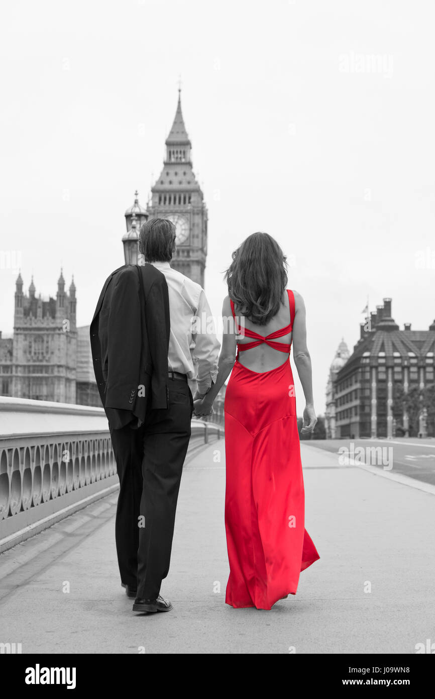 noir et blanc vue arri re de l 39 homme et de la femme romantique en couple la femme porte une. Black Bedroom Furniture Sets. Home Design Ideas