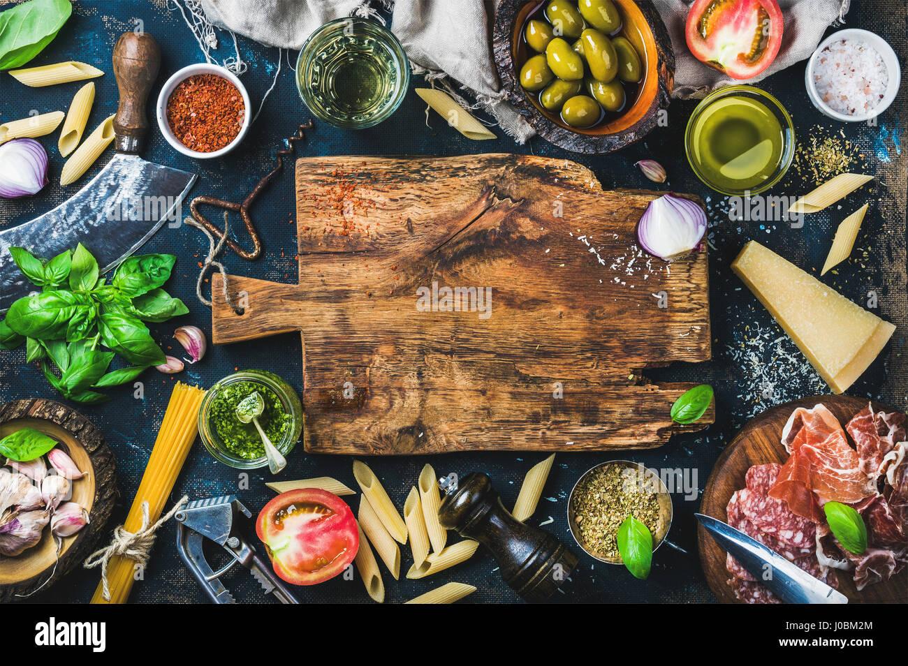 Ingrédients de cuisine italienne sur fond sombre Photo Stock