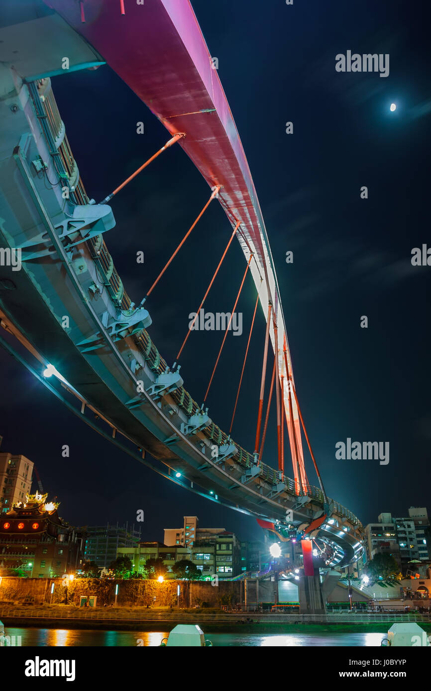 Le pont en arc-en-ciel vu dans le clair de lune et les lumières de la ville de Taipei, Taiwan Photo Stock