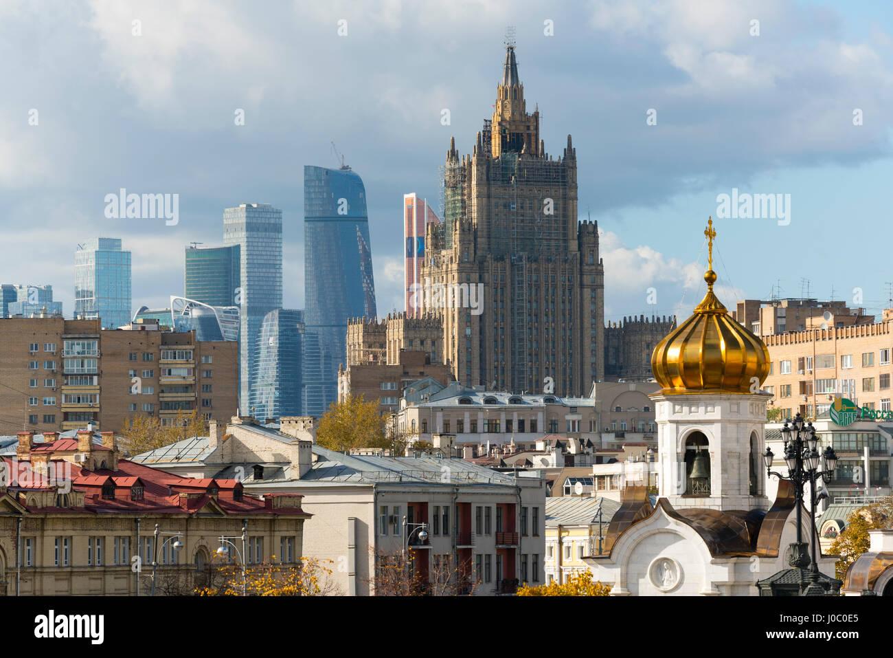 Voir d'anciens et de nouveaux gratte-ciel, Moscou, Russie Photo Stock