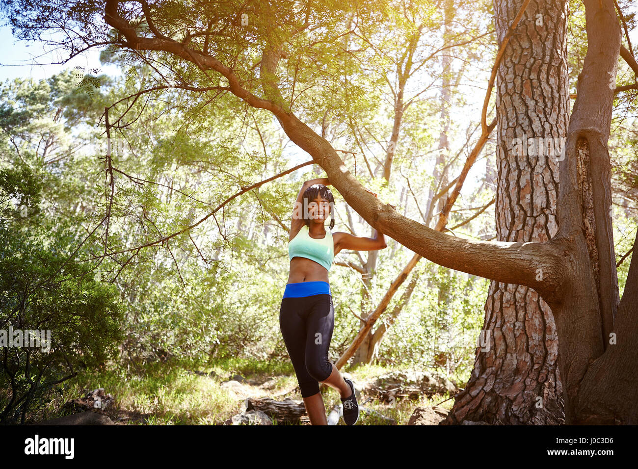 Portrait de jeune femme portant des vêtements de sport, en milieu rural Photo Stock