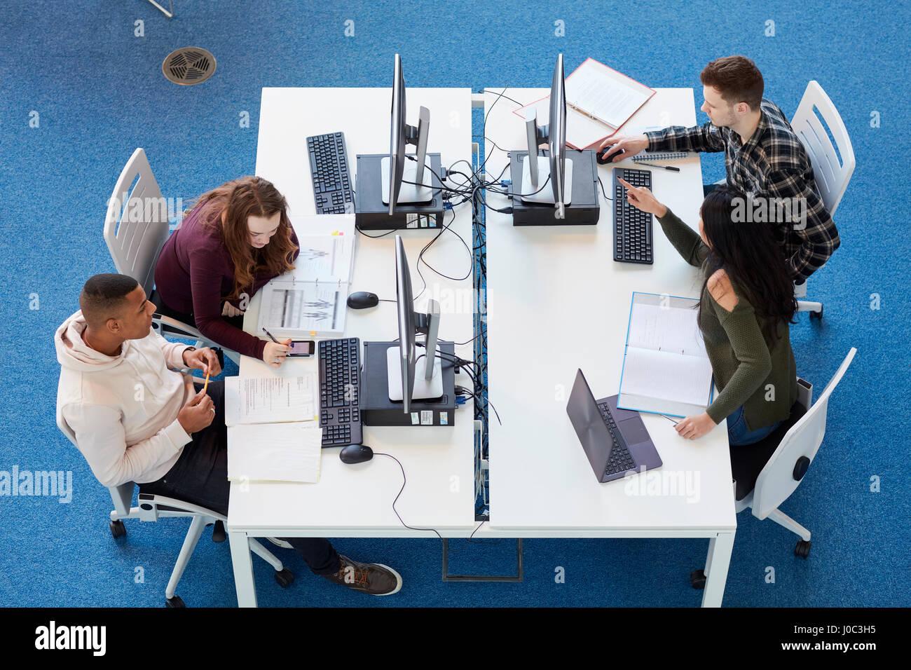 Groupe d'étude des étudiants à l'université Photo Stock