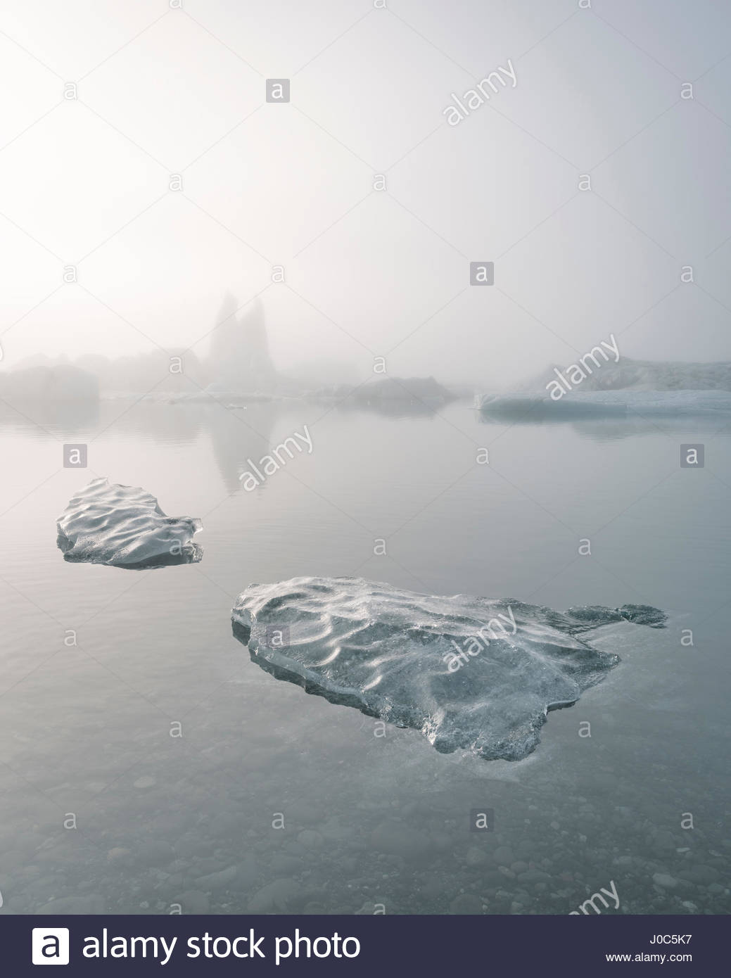 Avis de Misty ice bergs sur Jokulsarlon glacial lagoon, Iceland, Photo Stock