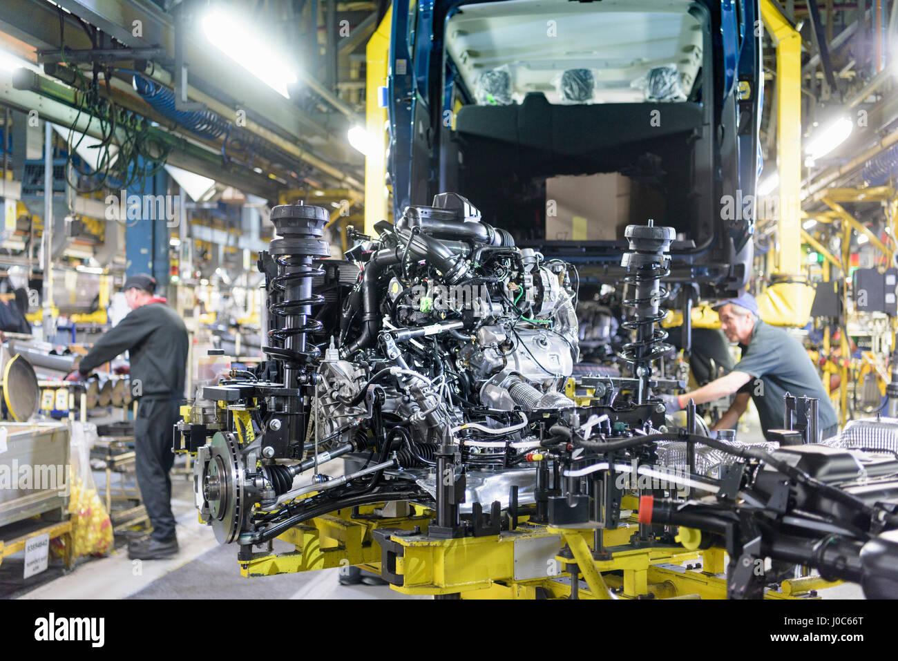 Les travailleurs sur la ligne de production dans l'usine de voiture Photo Stock