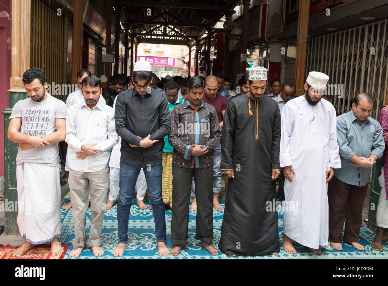 Les Arabes prier à la prière du vendredi. Photo Stock