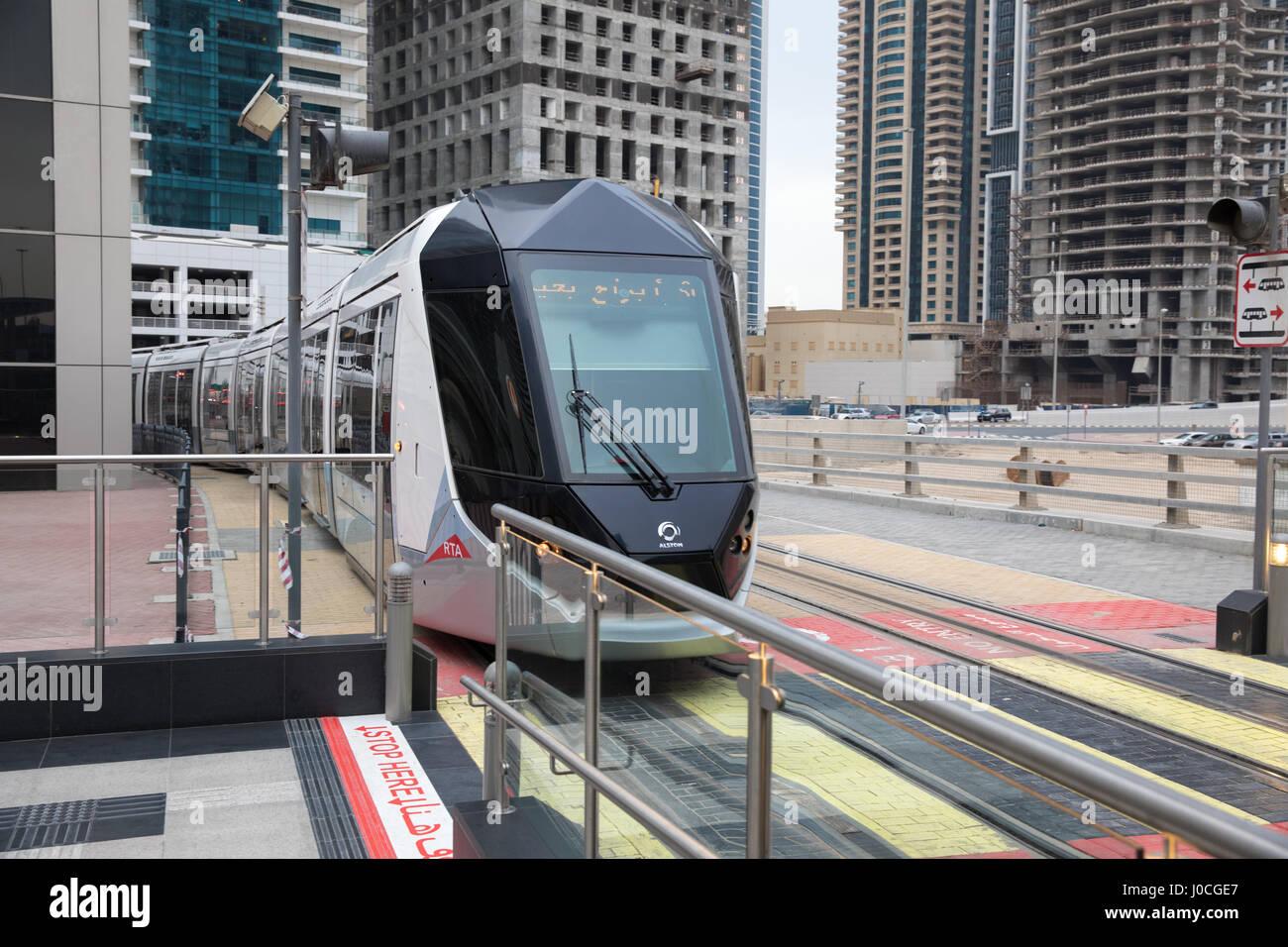 Le système de transport de tramway qui fonctionne à Dubaï Photo Stock