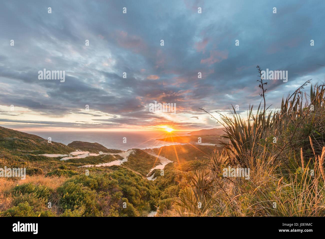 Coucher de soleil sur la mer, les dunes, la baie de phlébotome, Dunedin, Otago, péninsule d'Otago, Photo Stock