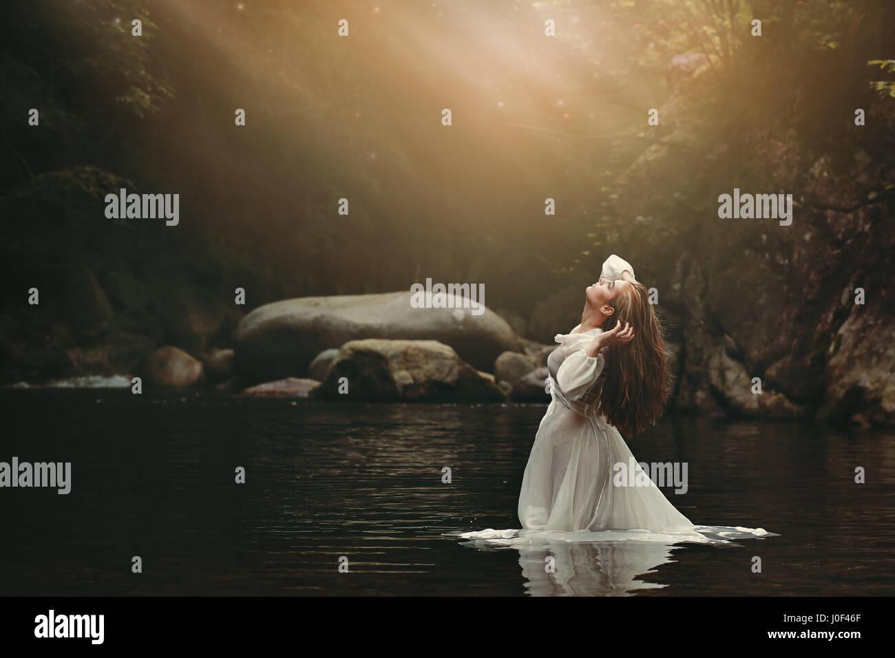 Belle jeune femme dans l'étang de fées. Dark fantasy Photo Stock