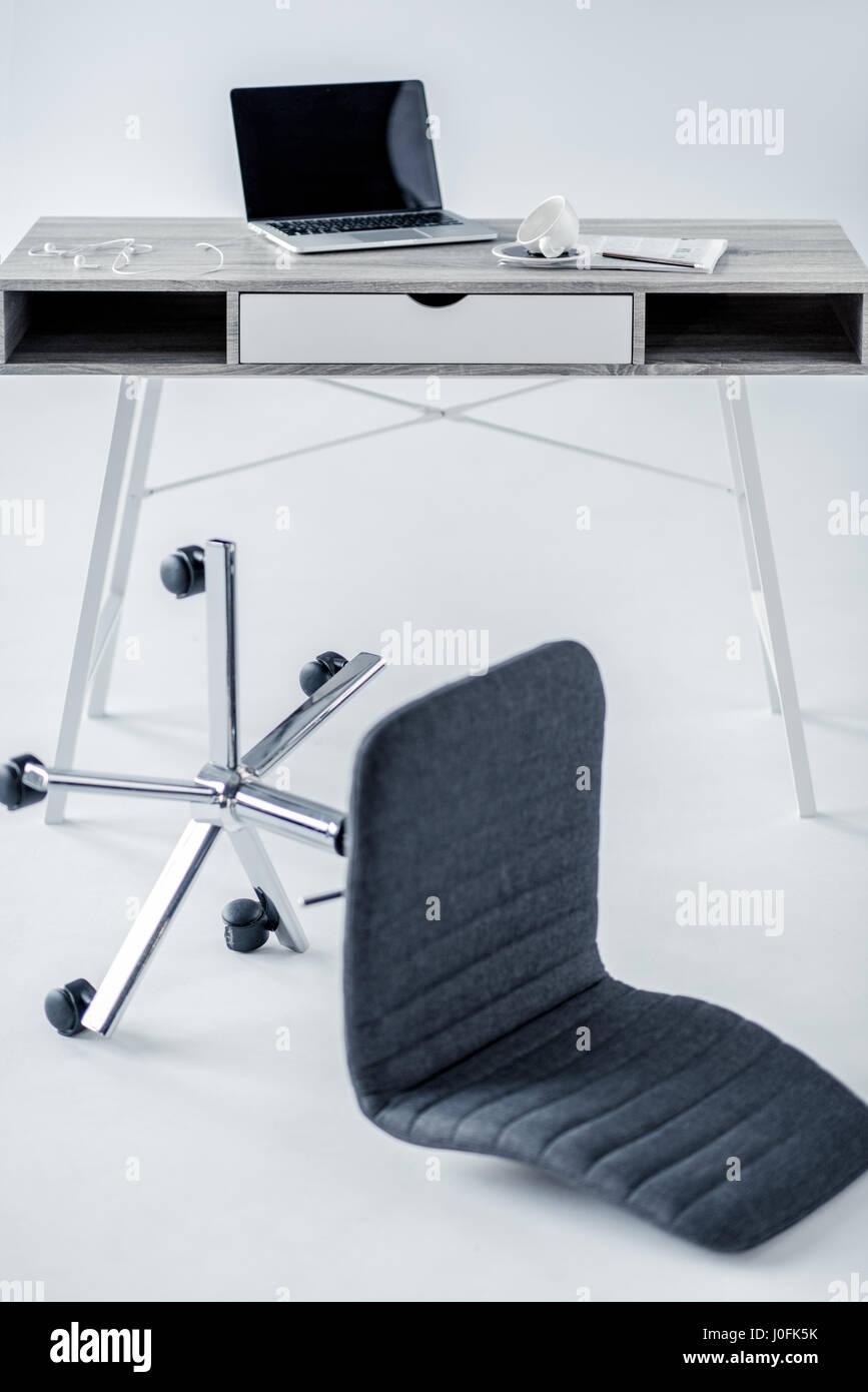 Tombé De Table Vide Bureau Chaise Ordinateur Sur Et Portable rQCxshtd