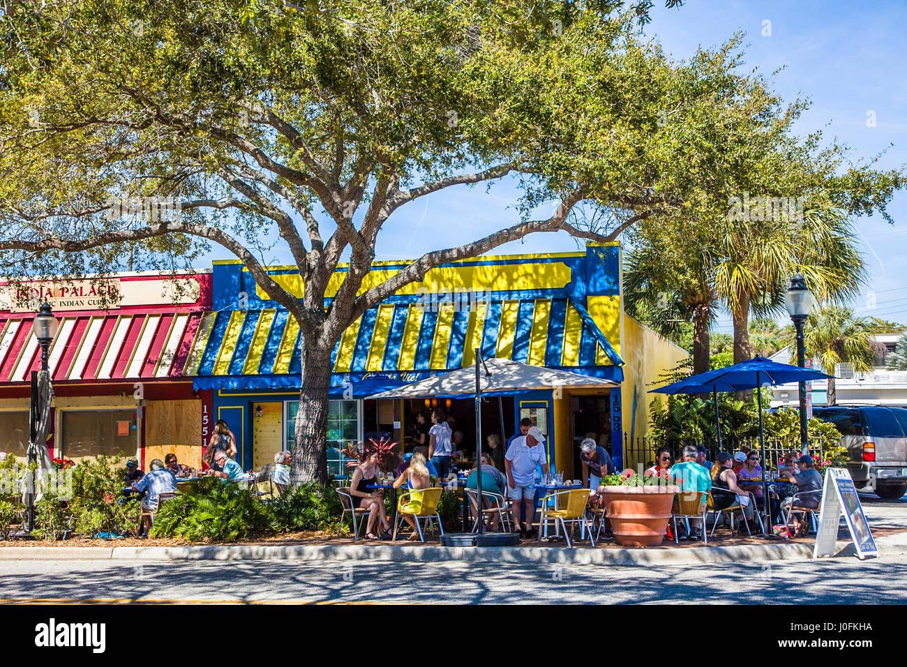 Les gens à manger café avec terrasse en plein air sur la rue Main à Sarasota en Floride Photo Stock