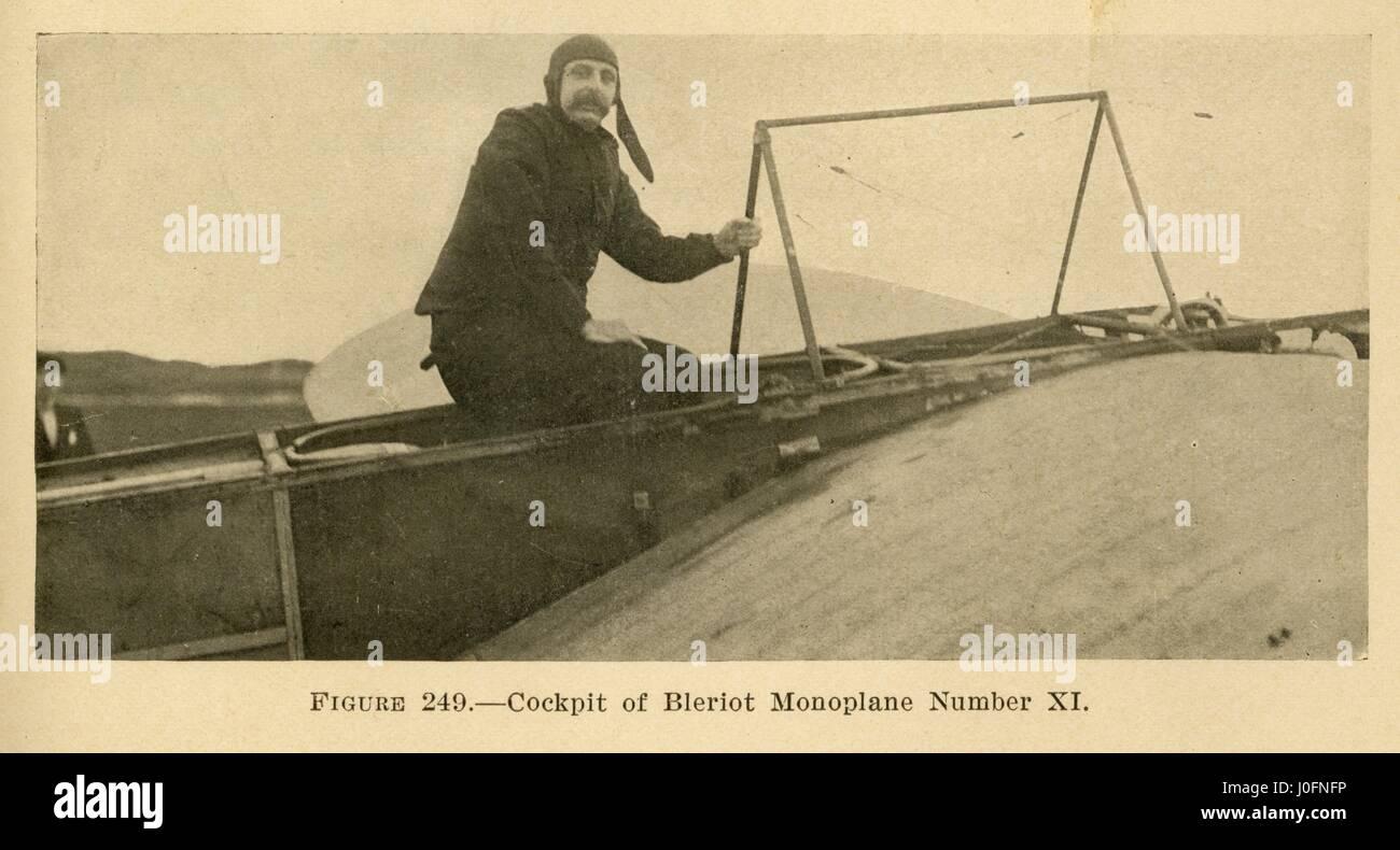 Un homme entrer dans le cockpit d'un avion monoplan Blériot XI, n° BlÌ peut-être Louis©riot Banque D'Images