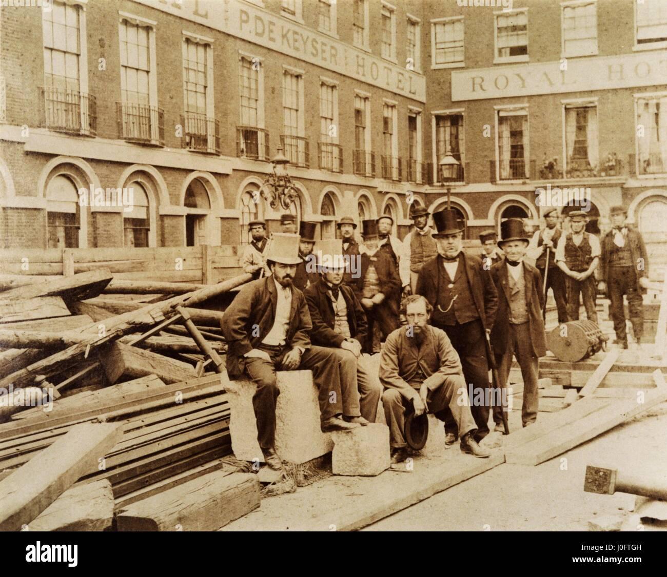 Portrait de groupe de l'équipe d'ingénieurs et ouvriers de la réfection du pont de Blackfriars Banque D'Images